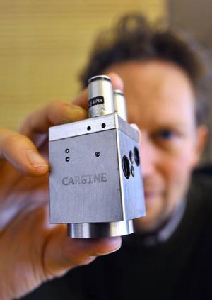 De tidiga prototyperna av Cargines ventilstyrning var fyrkantiga med de två små styrventilerna ovanpå. Nu är de kompaktare och runda, vilket minskar tillverkningskostnaderna.