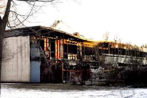 Branden bröt ut vid halv tre-tiden och spred sig snabbt upp på taket på radhuslängan.Tre av lägenheterna blev helt utbrända. Resten av längan fick rök- och vattenskador.När räddningstjänsten kom fram var det redan för sent att rädda den lägenhet där branden startade.Eftersläckningsarbetet pågick hela fredagen. Och de som evakuerats hade fullt upp med att försöka ordna tillfälligt boende.