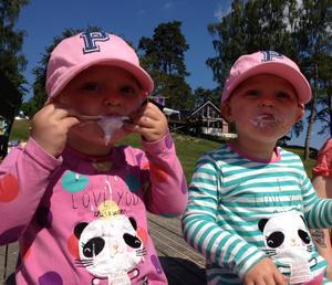 Agnes och Tyra njuter av glass, det bästa dom vet!