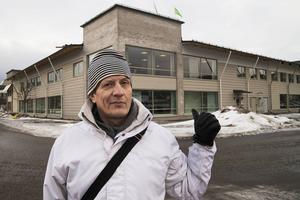 Reinhold Hellgren framför Clas Ohlson-huset.