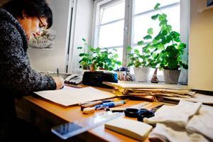 Arkivassistent Ulla Nyberg ordnar ett kyrkoarkiv från Åre så att det ska bli lättare att leta fram handlingar ur det.