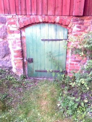 Gammalkällardör på gammalt hus i Virsbo. Om jag inte minns fel så är huset från 1740 talet. Jag tycker dörren är vacker och man kan fantisera om vad