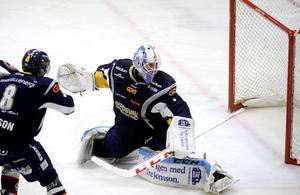 Magnus Åkerlund inte släppt in ett enda mål under ordinarie tid i Allettan inför Piteåmatchen. I andra perioden fick han hämta pucken i nätet.