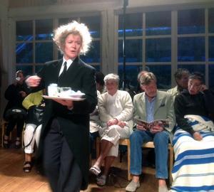 Arabella Lyons får både skratt och medkännande i sin roll som den gamle betjänten Firs som även är i gång under fikapausen.