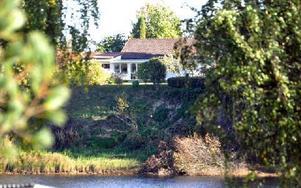 """Sixten Carlsson polisanmäls av samhällsbyggnadsnämnden för att ha fällt träd i denna slänt i Fäggeby. Nämnden påpekar att det handlar om """"otillåten trädfällning på kommunens mark inom det område där kommunen tidigare gjort rasriskbedömning"""". Foto: Pär Sönnert"""