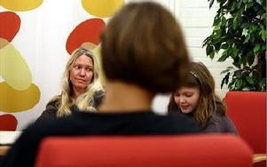 Marina Gröning märker att dottern Danina nu klarar skilsmässan och vardagen med två hem bättre. -- Förut hade hon jättesvårt att åka från mig. Så är det inte längre.Foto: JOHNNY FREDBORG