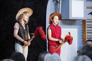 Cowboyflickorna Karin Mickelmats och Nele van Uffel sjöng på tyska och galopperade omkring på scenen på sina hästar.