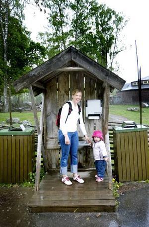 Furuviksparken hade en hel del besökare under sin öppningsdag på torsdagen. Men vädret blev ingen succé. Anna-Pia och Amanda Lingemyr tog skydd under ett litet tak.