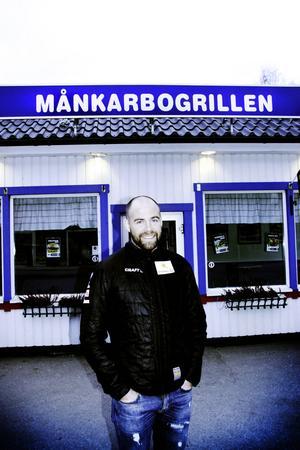 Rikard Grip från Månkarbo är svenska skidlandslagets hyllade förbundskapten. Hans föräldrar bor kvar i Månkarbo och Rikard hälsar på när han kan.