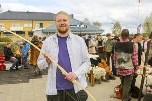 Erik Persson med sin pilbåge, av en modell som vikingarna använde.