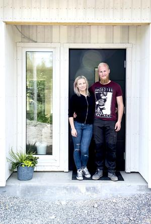 På Sörnackstavägen märks nybyggarandan av. Paret trivs jättebra i sin enplansvilla.