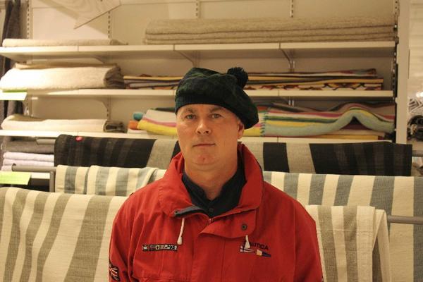 Gabriel Amelian, 43 år, Rumänien, sjöman: Jag handlar inte på nätet, jag vill prova ut i butik innan jag köper. Jag reser mycket, mössan köpte jag i Skottland.