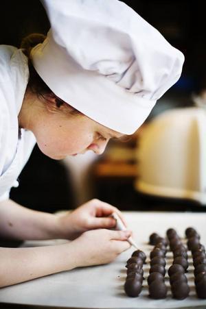 Maja Olsson pluggar choklad och konfektyr. Kursen ingår i Restaurang- och livsmedelsprogrammet på Palmcrantzskolan.