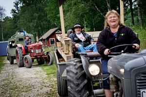 Anita och Alf Andersson åker med sin traktor i täten med Lars-Erik Björkström i släptåg.