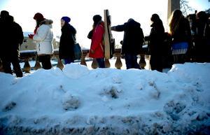 Många tog chansen att bli med i Karas kör och kän till audition var lång, trots den kalla vinterkylan.