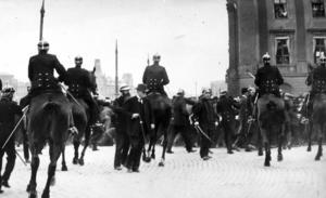 1917 och 1918 var oroliga år. Bilden visar kravaller på slottsbacken. Mannen med käppen är Socialdemokraternas ledare Hjalmar Branting, som försöker lugna folkmassan.
