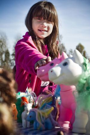 Felicia Pettersson, 10, har gjort sig av med nästan alla leksaker. Hennes bord var fullt av My little pony i olika storlekar. - Jag har sålt mycket, sa Felicia och strålade i kapp med solen.
