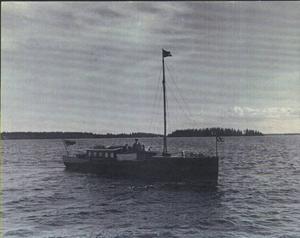 Så såg hon ut, Amica III. Vid rodret skymtar konsul Landström själv och intill honom sonen Gunnar.