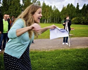 Musikläraren Britta Kignell sprudlade av energi när hon ledde körsången. Foto:Claes Söderberg