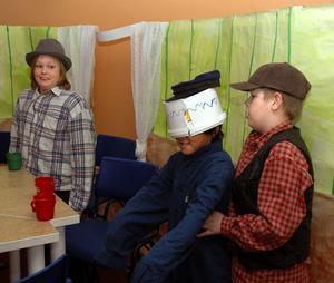 Emil i Lönneberga. På måndagen var det världsbokdagen och på Fyrklöverskolan i Hedemora gjorde man dagen till en temadag om Astrid Lindgren som skulle ha fyllt 100 år i år. Mellanstadieeleverna spelade teater för lågstadieeleverna. Under Emils soppskål döljer sig Fredrik Sjöblom. Marcus Dammare som drängen Alfred försöker hjälpa honom och Dennis Örnlind som pappa Anton tittar på.