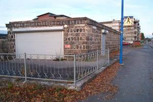 Bostadsbolagets kiosk. Kanalkioskens ägare tvingades slå igen när Sandvikenhus började bygga hyreshus i kvarteret. I en uppgörelse med kommunen fick kioskägaren 1 miljon i ersättning. I dag är det Sandvikenhus som äger kiosklokalen i slaggstensbyggnaden.