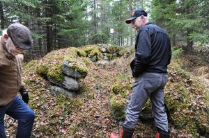 På Kjell Fasths marker finns grunden från en gammal backstuga. Förmodligen har det kopplingar till de finnar som en gång koloniserade skogen i västra Hälsingland.