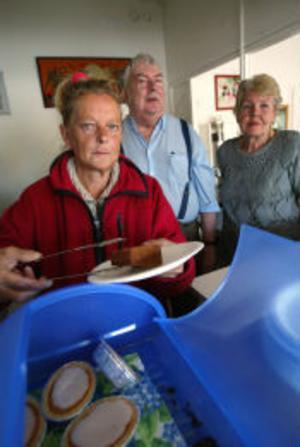 Dagkaféet i Skönsberg har blivit en viktig träffpunkt. Eva Stridsberg gör sin praktik där via Arbetsförmedlingen, Sven-Erik Holmgren sköter kassan och Inga-Britt Kjeller jobbar med serveringen.