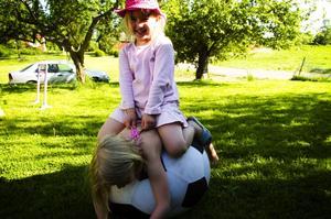 Leker glatt. Alva Mattsson är glad och leker hemma i Borlänge dagen efter olyckan i Säterdalen som kunnat slut mycket illa. Ett rep fastnade runt hennes hals då hon åkte i en rutschbana.