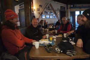 Billy Söderin, Anders Edholm, Leif Fahlén, Maths Larsson och Phillip Alexandersson äter frukost på Åre Ski Inn efter några morgonåk.