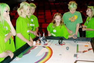 Här försöker ett väldigt grönt lag att trimma in sin robot lite extra. Från vänster: Jessica Andersson, Emilia Amrén, Daniel Hellström, Saga Sundberg, Lucas Söderström och Alma Svensson klass 6b Anders-Olovskolan.