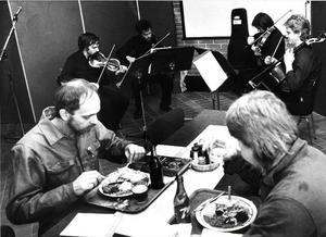 Violiner på verkstan. Gävle Symfoniorkesters musiker ger arbetsplatskonsert på Ageve i Gävle hösten 1988.