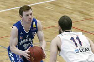 Gustav Hansson spelar sitt livs bästa basket just nu. Ett intensivt försvarsspel kombinerat med en offensiv där han skjuter drypsäkert. Hundraprocentigt skytte i första halvlek.