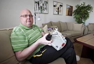 """Togs inte på allvar. 47-åriga Ola Rosén är döende i cancer. Han kollapsar ofta i kramper och har ett trygghetslarm som känner av fallrörelser kopplat till SOS Alarm. Men de senaste veckorna har larmet inte fungerat eftersom Telia inte installerat telefonen i hans lägenhet. """"Utan larm blir jag beroende av min familj dygnet runt"""", säger Ola. Först när Arbetarbladet ingrep skickade telefonbolaget ut en tekniker."""