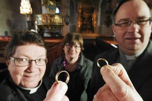 Kyrkoherde Ann-Gerd Jansson, kantor Anita Sundmark och prästen Mats Cedergren bjuder på Alla Hjärtans dag den 14 februari in till drop-in-vigsel i Stora Tuna kyrka.