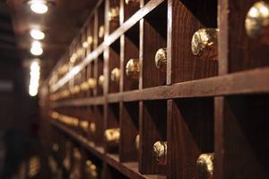I distriktet Champagne kan man besöka vinkällare där det lyxiga bubblet lagras i långa rader.   Foto: Shutterstock.com
