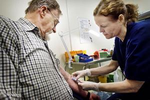 Carl-Axel Skoglund har under fem–sex år tagit läkemedlet varan och måste regelbundet ta så kallade pk-prover. I tisdags fick han gå till Hudiksvalls hälsocentral där Ann-Marie Lötmyr tog provet.