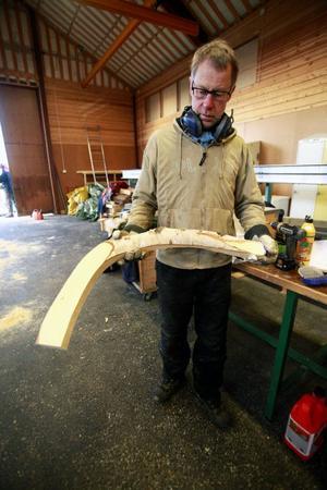 Storleken på svansen ger en bild av dimensionerna på råttan som snart ska kliva fram ur kärnvirket som Leif Eriksson limmar ihop kloss för kloss.