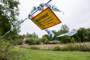 En 42-årig kvinna och en 18-årig man misstänks för mord och mordförsök på kvinnans föräldrar i en sommarstuga utanför Arboga i början av augusti.