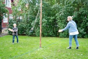 Kultur kan också vara att spela fäbodtennis i Apoteksparken arrangerat av Hedemora scoutkår. Magnus Bäckstam utmanar mamma Gunilla Jingstedt.