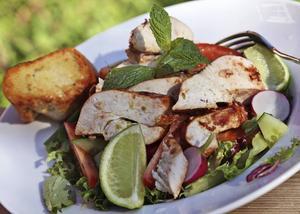 En välmatad kycklingsallad med limevinägrett är påtagligt frisk i smaken, gärna med ugnsrostad baguette som tillbehör.   Foto: Dan Strandqvist