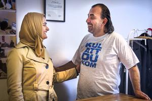 Abeer Almasre och hennes man Qassem Abdelhak flydde till Sverige från krigsdrabbade Daraa i Syrien. Hon är psykolog och han är gymnasielärare i biologi.