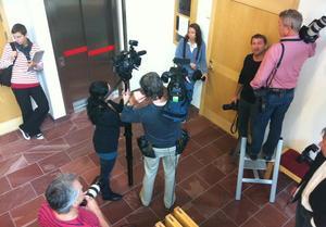 Medieuppbådet var stort när första rättegångsdagen inleddes klockan 9 i dag.