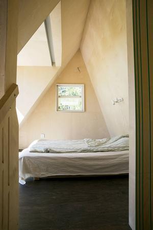 Qvarsebo sovrum är överst i huset. Fönstret är stort och ger känslan av att sova under stjärnorna.
