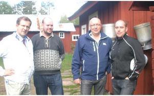 På Arvselens fäbod f.v. Lennart Sacrédeus (kd), Pierre Hedlund, Ulf Berg (m) och Täpp Lars Arnesson.FOTO ROLF JOHANSSON