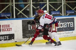 Huddinges Michael Söderberg i vitt, i en match mot Hudiksvall.