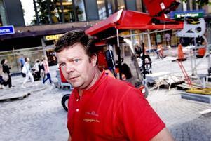 FRÅN NORGE. Fyra personer från det norska företaget Sten och lund arbetar med stensättningen på Stortorget i Gävle. Rune Johansen räknar med att de lägger cirka 1 000 kvadratmeter i veckan. I så fall är de klara på drygt fyra veckor.