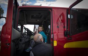5-årige Filip Kimbratt fick sitta bakom ratten i en riktig brandbil.