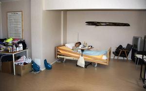 Efter vräkningen för tre år sedan bor Leena Backlund i ett avskalat rum där hemtrevnaden lyser med sin frånvaro.
