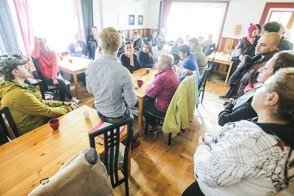 Många slöt upp för att få information från migrationsverket, här är det  Robin Åslund på mottagningsenheten i Sveg som förklarar vad som gäller, samt för att diskutera hur man bäst organiserar hjälpen.