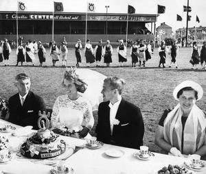 Vivi-Anne och Benny. Paret Lennartsson utsågs till Årets brudpar under jubileumsåret –65. Benny blev känd fotbollsspelare och tränare, och Vivi-Anne konstnär. De gifte sig i Nikolaikyrkan.